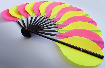 eventail-palmito-jaune-rose-accessoire-de-mode